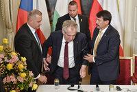 """""""Zpomalený"""" Zeman dostal infuze. V Lánech ho podepíral i maďarský prezident"""