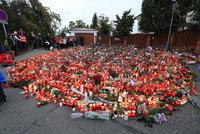 Zaplavená ulice svíčkami u Gottovy vily na Bertramce: Uklízet ji zatím nebudou