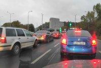 Kolaps dopravy v Praze: Dejvický tunel zablokoval požár auta. Řidiči čekají v dlouhých kolonách
