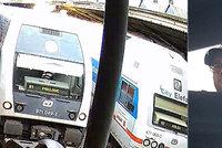 Na střechu nádraží vyšplhal muž. Hodil tyč na vlak, zkratoval ho a utekl