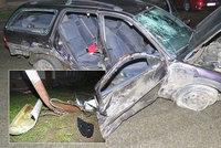 Mladíci machrovali v autě: Nezvládli zatáčku a přerazili betonový sloup! Bojují o život