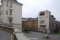 Další mrtvý v pražské nemocnici: Dědečkovi (†84) s koronavirem selhávalo srdce