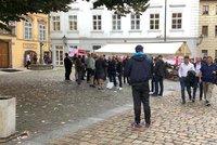 V centru Prahy se srocují angličtí fotbaloví chuligáni. Popíjejí ve skupinkách