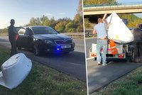 Po dálnici D11 šel muž s vanou na hlavě: Policisté jen zírali!