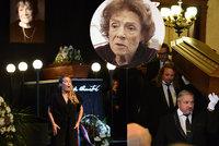 Sledovali jsme ONLINE: Pohřeb Vlasty Chramostové (†92): Omluvenka Havlové a nekonečný potlesk