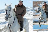 Kim na bílém koni: Severokorejský vůdce vyjel na běloušovi na posvátnou horu