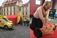 Pražané se pokoušejí překonat český rekord: Na Mariánském náměstí trénují resuscitaci