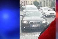 Pozor, podezřelá černá audina brázdí Brno: Posádka z lidí mámí peníze!