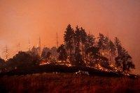 V Kalifornii kvůli požárům evakuovali 90 tisíc lidí. Silný vítr vše zhoršuje