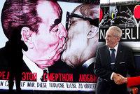 Líbající Brežněv i slavící Zeman. Velká show k výročí 30 let od pádu berlínské zdi začala