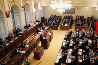 Komentář: Vláda protlačila daňový balíček. Sundala opozici hlavu ze špalku
