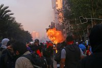 Univerzita málem lehla popelem. Policie tvrdě zasáhla proti demonstrantům v Chile