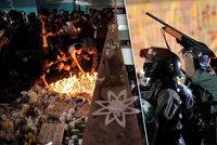 Studenta (†22) uctily tisíce lidí. Policie tvrdě zasáhla proti demonstrantům v Hongkongu
