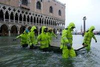 Benátky pod vodou: Lidé kličkují po lávkách, historický unikát chrání zábrany
