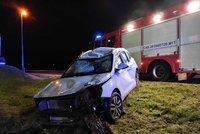 Mladík (18) na kluzké silnici nezvládl řízení a skončil v příkopu! Jel na letních gumách
