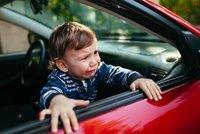 Vyděšené oči a usedavý pláč: Matka zamkla chlapečka (3) v autě a šla nakupovat!