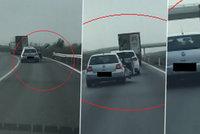 Šílené video: Strkanice v autě na dálnici! Žena vystupovala za jízdy