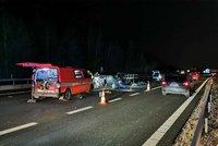 Komplikace na D5: Dálnici u Prahy uzavřela nehoda auta a dodávky, jeden vážně zraněný