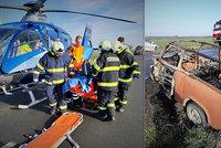Rozmlácený trabant byl v jednom ohni: Lidé zachraňovali šoféra v plamenech