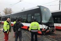V obratišti Spojovací se srazily tramvaje: Přijet musel autojeřáb