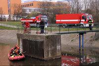 Na hladině hostivařské nádrže se objevila ropná skvrna: Na místo míří hasiči se speciálním vozidlem