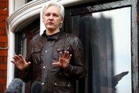 Soud rozhodl o osudu Assange a zmínil strach ze sebevraždy. Jeho přítelkyni rozplakal
