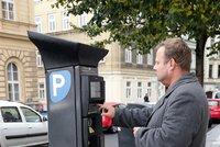 Za parkování na ulici v Praze si připlatíme?! Město chce řidiče nahnat do podzemních garáží