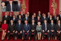 """""""Šibal"""" Zeman na fotce s královnou baví svět. A rozvalený Johnson utiskuje Alžbětu II."""