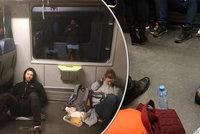 Koupili si místenky, přesto ve vlaku seděli na zemi. RegioJet si sype popel na hlavu: Mrzí nás to