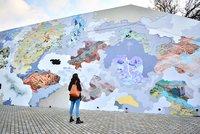 VIDEO: Skrz mraky do jiných mikrosvětů. Vltavskou zdobí šílená velkoplošná malba, podívejte se