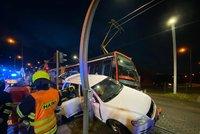 Auto se zaseklo mezi tramvaj a sloup: Nehoda v Hlubočepích komplikuje dopravu