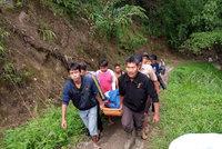 Plný autobus se zřítil ze srázu: Nejméně 27 mrtvých na Sumatře, další jsou uvězněni ve vraku