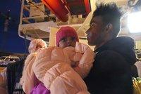 Přes 160 migrantů plulo na bárkách na moři. Neziskovky je bezpečně dopravily do Itálie