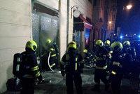 Hořel obchod s luxusními hodinkami v centru Prahy. Požár vyhnal z budovy 17 lidí