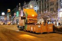 Silvestrovský nepořádek mizí z Prahy: Metaři uklidí 35 tun odpadků, práci jim ztížili taxikáři