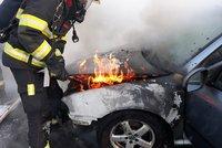 Na pražské magistrále hořelo auto. Hasiči plameny zlikvidovali, provoz byl omezen
