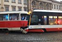 VIDEO: Šílená nehoda! Na Pohořelci se do sebe zakously dvě tramvaje