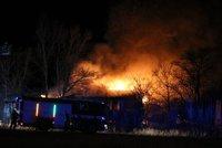 Nedaleko Libeňského mostu hoří: Opuštěná budova je v plamenech. Neotevírejte okna, radí hasiči