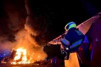 Mohutné plameny šlehaly z budovy na Palmovce: Obří požár hasilo deset jednotek