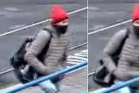 Policie hledá muže v červené čepici: Možná ví o přepadení seniora! Pachatel ho praštil latí