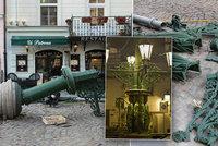 Sražený kandelábr z Dražického náměstí znovu svítí. Opravy se vyšplhaly ke 3 milionům