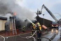 Mohutný požár u Prahy! Hoří dům v Jesenici, hasiči vyhlásili druhý stupeň poplachu
