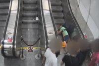 VIDEO: Drsný útok v metru! Zastal se ženy a dostal nakládačku, napadeného hledá policie