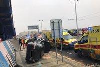 Auto po srážce s tramvají odletělo na chodník: Zraněná posádka vozu skončila v nemocnici