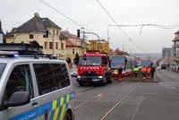 Provoz tramvají na Evropské ochromila porucha vedení: Jezdí náhradní autobusy