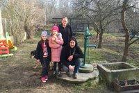 """Rodině Kopeckých """"ukradlo"""" Polsko vodu, koupat se musí u souseda. Hrozí to 30 tisícům Čechů"""