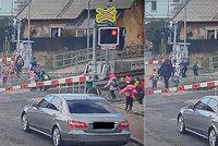 VIDEO: Neskutečný hazard učitelek! S dětmi se vrhly přes koleje, když blikala výstražná světla. Případ řeší policie