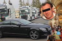 Poslední sbohem ubodanému šéfovi: Klatovští kamioňáci Jirkovi uspořádali spanilou jízdu