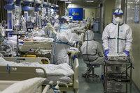 Koronavirus ONLINE: Kritický nedostatek lékařů a obleků. Personál léčí i s teplotou