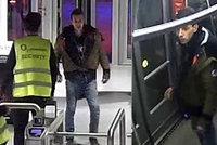 Krvavý útok v tramvaji: Tenhle muž u O2 areny zničehonic bodl jiného a utekl! Může být ozbrojený!